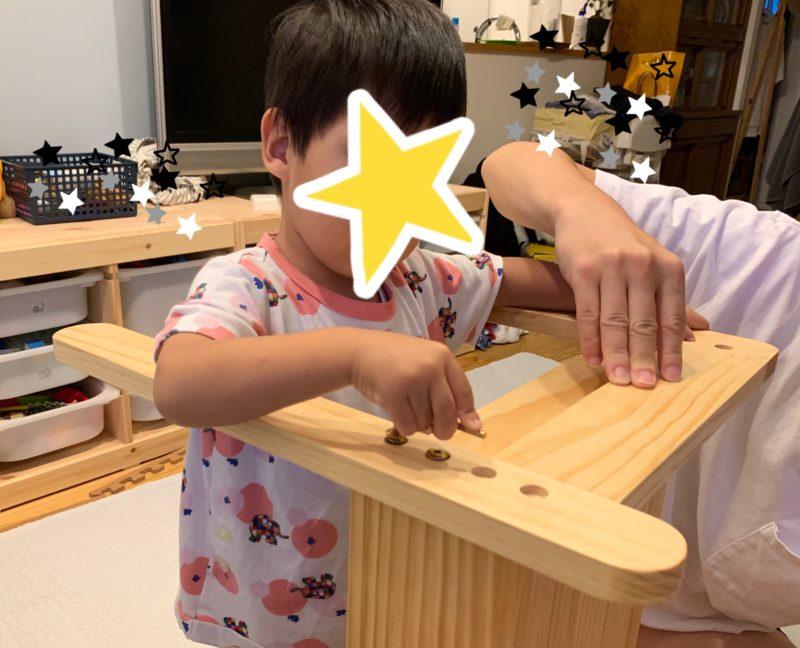 机を組み立てる子供