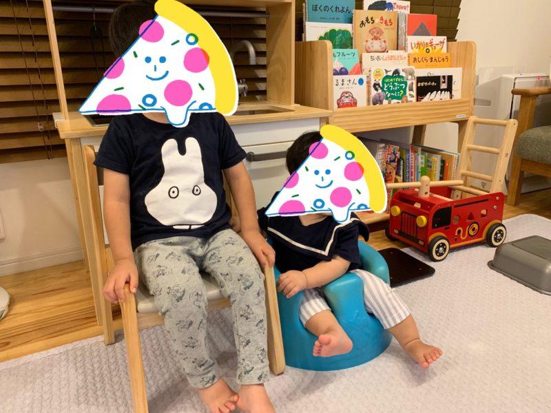 椅子でテレビを見る子供